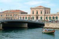 Il Ponte Santa Lucia e barca nella Darsena. Nello sfondo la Dogana e  la Guardia Costiera.  - Siracusa (1633 clic)