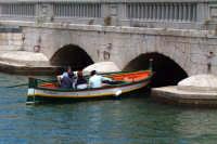 Barca nella Darsena mentre attraversa il Ponte Umbertino.  - Siracusa (1609 clic)
