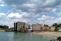 Scorcio di palazzi e punto di vista dalla spiaggetta.  - Augusta (2822 clic)