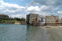 Scorcio di palazzi e punto di vista dalla spiaggetta. Sul lato sinistro riconoscibile il Castello.  - Augusta (3198 clic)
