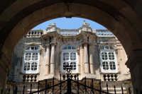 Palazzo Beneventano Del Bosco e particolari architettonici. Composizione con cornice naturale composta dall'arcata e dal cancello d'ingresso.  - Siracusa (7125 clic)