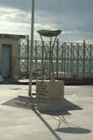 Tripode  dell'Olimpiade di Roma del 1960 situato alla Capitanera di Porto a Siracusa. Gioco di luce e ombra.  - Siracusa (1261 clic)