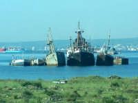 Paesaggio visto dal treno Siracusa - Messina. Cimitero di navi al Porto di Augusta.  - Siracusa (5566 clic)
