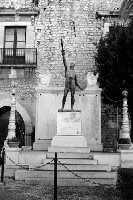 Monumento ai Caduti in bianco e nero.  - Comiso (1815 clic)