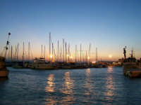 Imbarcazioni davanti al Molo Zanagora nel Porto Grande al tramonto.  - Siracusa (1637 clic)