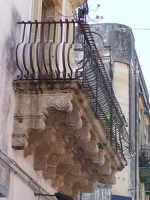 Architetture nel centro storico di Augusta in via P. Umberto.  - Augusta (1155 clic)