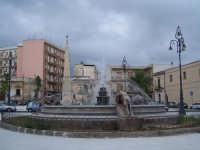 Vista della Fontana dei Tre Leoni e nello sfondo Monumento ai caduti.  - Avola (2121 clic)