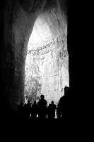 Orecchio di Dionisio. Controluce all'interno della grotta caratterizzato dalle silhouettes dei visitatori.  - Siracusa (1304 clic)