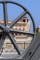 Il Palazzo delle Poste visto dalla Darsena con un originale inquadratura.  - Siracusa (2314 clic)