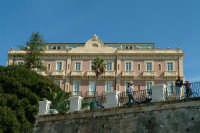 Largo Aretusa: si ammira la bellezza del Porto Grande. Sullo sfondo la bellissima architettura di un noto albergo.   - Siracusa (1389 clic)