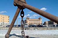 Scorcio di Ortigia e nello sfondo il Palazzo delle Poste. Il punto di vista dalla Darsena con l'evidente grande ancora.  - Siracusa (1292 clic)