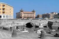 Scorcio del Ponte Umbertino ad Ortigia e nello sfondo il Palazzo delle Poste. Effetto di bianco e nero a metà.  - Siracusa (1833 clic)