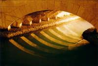 Notturno e particolare del Ponte Umbertino in Ortigia a Siracusa  - Siracusa (1288 clic)