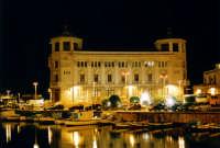 Notturno alla Darsena e nello sfondo il Palazzo delle Poste  in Ortigia a Siracusa  - Siracusa (1818 clic)
