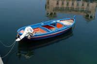 Barca nella Darsena e riflesso del Palazzo delle Poste  - Siracusa (2048 clic)