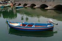Barca nella Darsena, nello sfondo il Ponte Umbertino.  - Siracusa (2329 clic)