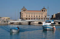 Imbarcazioni nella Darsena, nello sfondo Il Palazzo delle Poste, il Ponte Umbertino ed il Ponte Santa Lucia.  - Siracusa (3141 clic)
