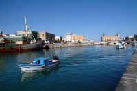 Imbarcazioni nella Darsena, nello sfondo il Palazzo delle Poste.  - Siracusa (2670 clic)