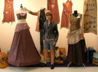 La famosa ed attraente stilista canicattinese Chiara Albanese nel suo stand al Palacongressi di Agrigento in occasione di Agrigento Arte 2006. A destra il suo famoso abito gioiello in oro 18 carati e pietre preziose.  - Agrigento (7840 clic)