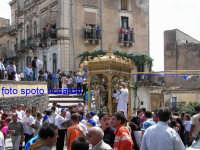 Ultima Domenica di Agosto, festa del santo patrono San Giuseppe. Arrivo in piazza Regina Elena, dopo l'emozionante corsa da cchianata de Caseddi.  - Santa maria di licodia (2818 clic)