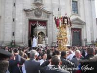 festa patronale di Santa Barbara, trionfale uscita di santa barbara, omaggio della varetta dei panettieri  - Paternò (1445 clic)