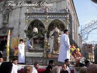 festa patronale di Santa Barbara, la processione in piazza, visione laterale del fercolo  - Paternò (1402 clic)