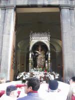 Festa Patronale di Santa Barbara, il fercolo della santa sosta all'interno della piccola chiesa dell'itria per la santa Messa.  - Paternò (1407 clic)