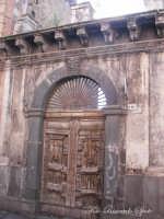 Santa Maria di Licodia. Portale lavico di palazzo Bruno, sec. XIX.   - Santa maria di licodia (2108 clic)
