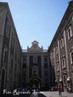 Piazza Duomo La Porta Uzeta. Da qui ha inizio Via Etnea, la principale arteria della città  - Catania (2226 clic)