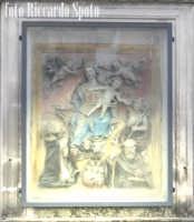 Ragua Ibla. Edicola votiva con bassorilievo raffigurante la Madonna del Rosario e Santi.  - Ragusa (1572 clic)