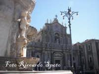 Piazza Duomo particolare della fontana dell'Elefante e facciata della Cattedrale  - Catania (2417 clic)