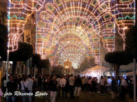 Festa patronale in onore di Sant'Antonio di Padova. la processione lungo il corso principale, magistralmente illuminato.  - Gravina di catania (5451 clic)