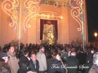 Festa della Madre di Dio Immacolata. 8 dicembre 2006. Momento dell'uscita, la folla volge lo sguardo verso i fuochi d'artificio.  - Santa maria di licodia (2201 clic)