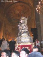 Ottava di Sant'Agata. I devoti con il tradizionale sacco bianco, trasportano il Busto Reliquiario della Patrona sull'altare maggiore.  - Catania (1846 clic)