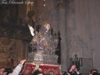 Ottava di Sant'Agata. Il Busto Reliquiario della Patrona,lascia la cappella e viene condotto a spalla sull'alatre maggiore del duomo. Lungo il tragitto i devoti si prontano a toccare la scara effige.  - Catania (1845 clic)