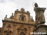 Modica Bassa. La chiesa Madre di San Pietro Apostolo, preceduta dalla scenografica scalinta barocca, con le statue dei SS Apostoli. In Primo piano la statua di San Matteo.  - Modica (1576 clic)