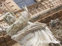 Modica Bassa. La chiesa Madre di San Pietro Apostolo, preceduta dlla scalinata barocca, adornata dalle statue dei SS Apostoli. La statua di San Pietro, patrono di Modica.  - Modica (1889 clic)