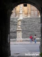 Modica Bassa. La chiesa di San Pietro Apostolo, preceduta dalla scenografica scalinata barocca, adornata dalle statue dei SS Apostoli.   - Modica (1731 clic)