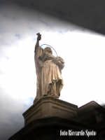 Modica Bassa. Scenografica scalinata della chiesa di San Pietro. La statua dell'Apostolo San Filippo
