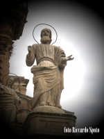 Modica Bassa. Scenografica scalinata della chiesa di San Pietro. La statua dell'Apostolo San Simone.  - Modica (1600 clic)