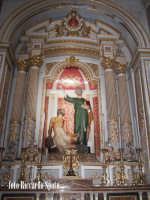 Modica Bassa. Interno della stupenda chiesa di San Pietro. Navata laterale, l'altare del Patrono San