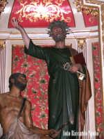 Modica Bassa. Interno della stupenda chiesa di San Pietro. Navata laterale, l'altare del Patrono San Pietro. Particolare del gruppo scultoreo.  - Modica (1832 clic)