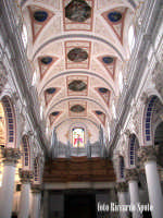 Modica Bassa. Interno della stupenda chiesa di San Pietro. Navata centrale, l'organo e la volta dell