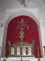 Modica Bassa. Interno della stupenda chiesa di San Pietro. Navata laterale, l'urna argentea che cont
