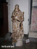 Modica Bassa. Interno della stupenda chiesa di San Pietro. Navata laterale, immagine marmorea della Madonna di scuola gaginesca.  - Modica (1752 clic)