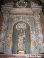 Modica Bassa. Interno della stupenda chiesa di San Pietro. Immagine marmorea della Madonna di Trapan