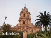 Modica Alta. L'imponente e svettante facciata, della barocca chiesa di San Giorgio.  - Modica (1321 clic)