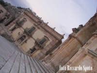 Modica Alta. L'imponente e svettante facciata, della barocca chiesa di San Giorgio. la piazza.  - Modica (1423 clic)