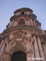 Modica Alta. L'imponente e svettante facciata, della barocca chiesa di San Giorgio.   - Modica (1425 clic)