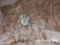 Modica Alta. L'imponente e svettante facciata, della barocca chiesa di San Giorgio. Particolare di un elemento decorativo di un portale.   - Modica (1921 clic)
